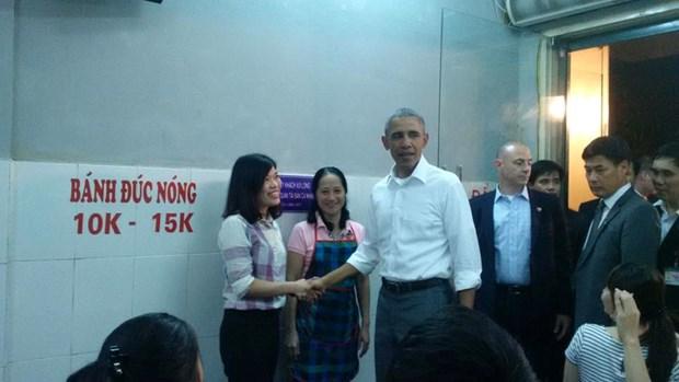 Ong Obama thong dong vao hang bun cha tren pho Le Van Huu hinh anh 1