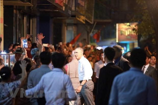 Ong Obama thong dong vao hang bun cha tren pho Le Van Huu hinh anh 5