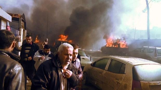 Xac nguoi chay den vi xe cho dau chua bom no tung giua cho o Syria hinh anh 1
