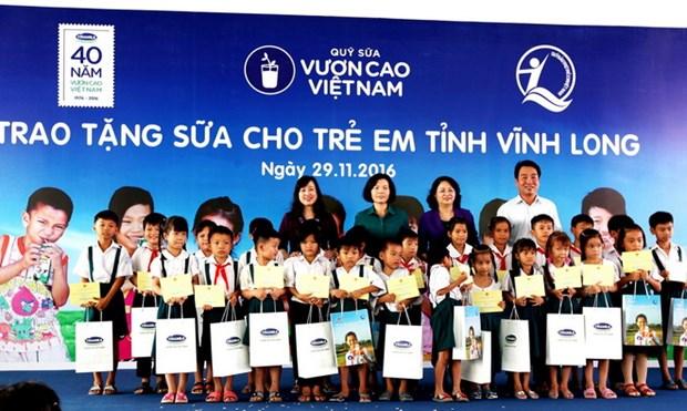 Quy sua Vuon cao Viet Nam trao tang sua cho tre em tinh Vinh Long hinh anh 2