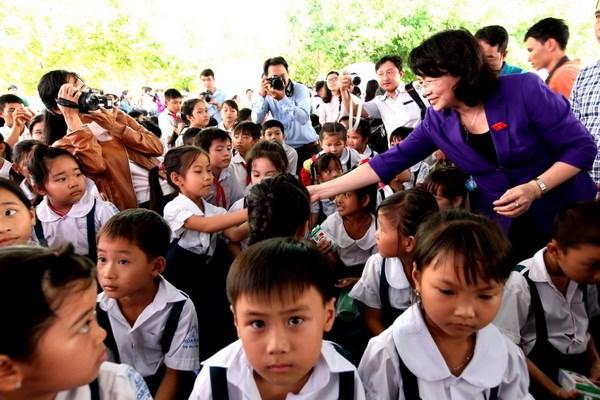 Quy sua Vuon cao Viet Nam trao tang sua cho tre em tinh Vinh Long hinh anh 1