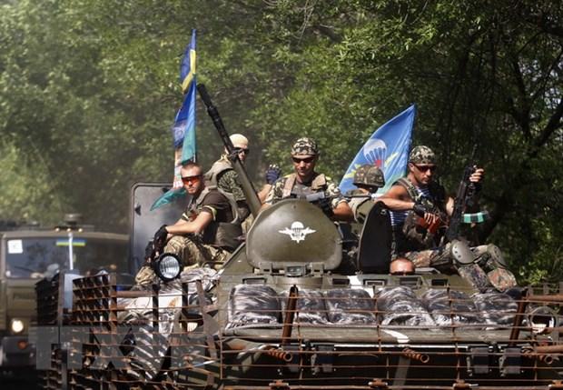 Nhan chung: Binh si Ukraine tien vao thanh pho Lugansk hinh anh 1