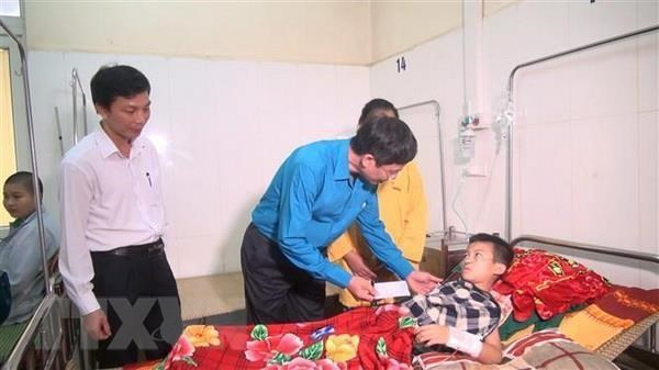 Đoàn công tác của Bộ Giáo dục và Đào tạo đến các học sinh bị thương của Trường Tiểu học xã Đồng Sơn. (Ảnh: Khiếu Tư/TTXVN)