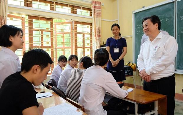 Thứ trưởng Bộ Giáo dục và Đào tạo Nguyễn Hữu Độ động viên học sinh ôn tập chuẩn bị cho Kỳ thi Trung học phổ thông quốc gia. (Ảnh: PV/Vietnam+)