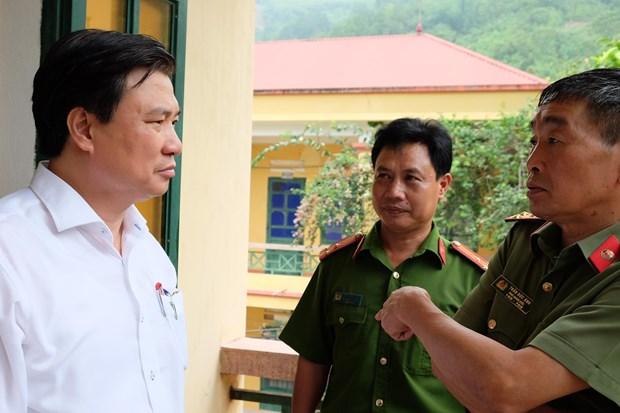 Thứ trưởng Nguyễn Hữu Độ trao đổi với Phó giám đốc Công an tỉnh Yên Bái, ông Trần Đức Ánh, về phương án đảm bảo an toàn, an ninh kỳ thi. (Ảnh: PV/Vietnam+)