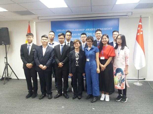 Trao hoc bong ASEAN cho 7 hoc sinh xuat sac khu vuc phia Bac hinh anh 1
