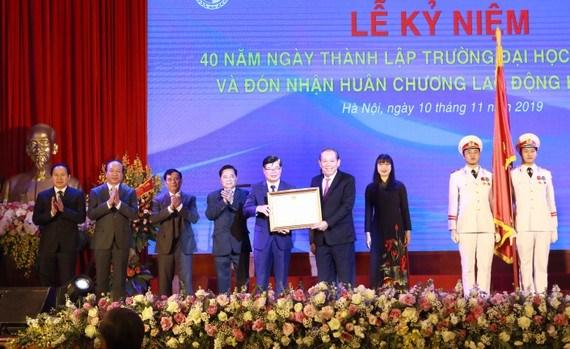 Dai hoc Luat Ha Noi don nhan Huan chuong Lao dong hang Nhat hinh anh 1