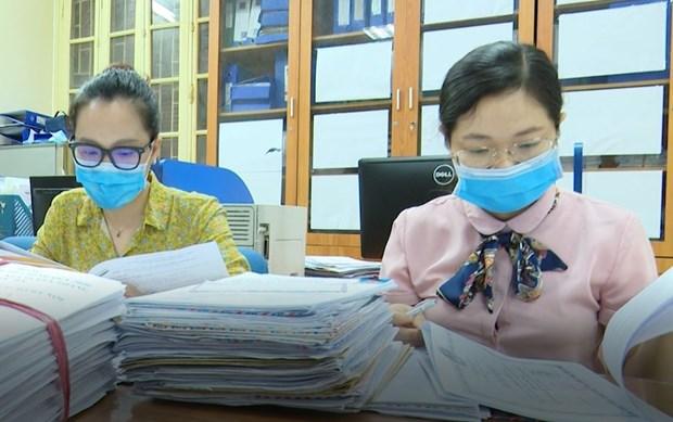 Cán bộ Đại học Thủy lợi xử lý hồ sơ xét tuyển đại học vào trường năm 2020. Ảnh: PV/Vietnam+