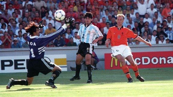 Xem lai tuyet pham cua Bergkamp vao luoi Argentina nam 1998 hinh anh 1