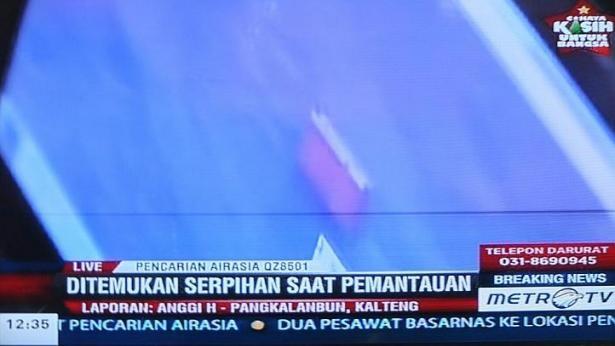 Tim thay manh vo nghi cua may bay AirAsia bi mat tich hinh anh 1