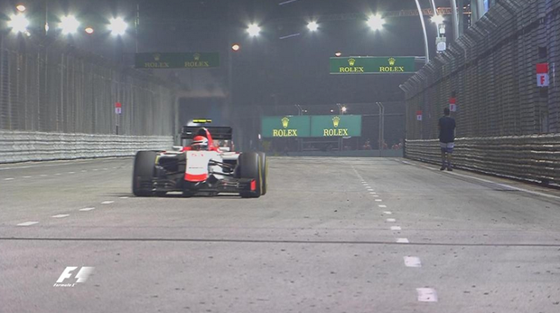Vettel phat hoang vi nguoi dan ong di bo trong duong dua hinh anh 1