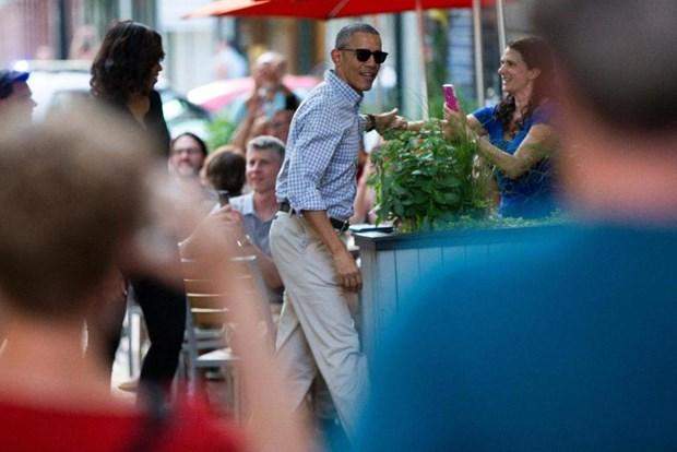 Dan My thich thu voi hinh anh ong Obama dan vo di an tiem hinh anh 1