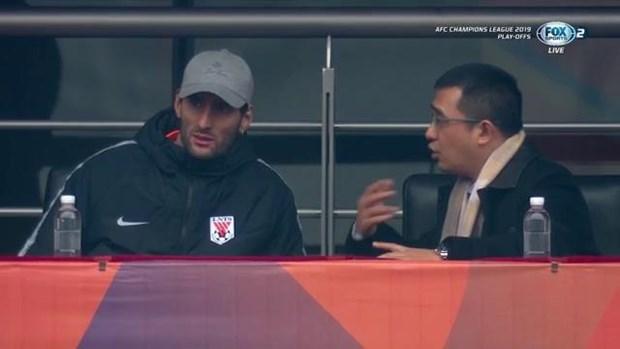 Fellaini ngoi tren khan dai xem Lo Nang Son Dong tiep Ha Noi FC hinh anh 1