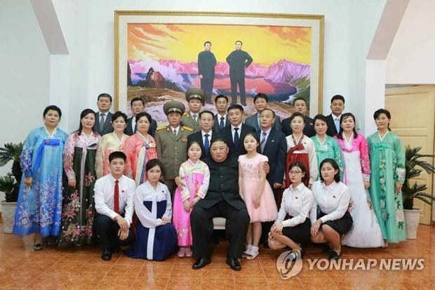 Chu tich Kim Jong-un chup anh voi nhan vien su quan Trieu Tien hinh anh 1