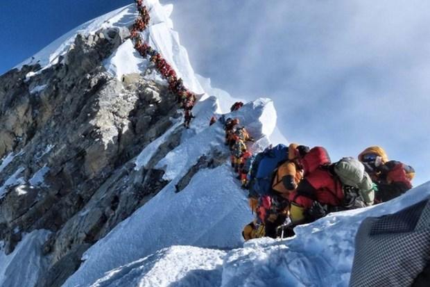 [Video] Bat chap nhieu nha leo nui tu nan, Everest van 'tac duong' hinh anh 1