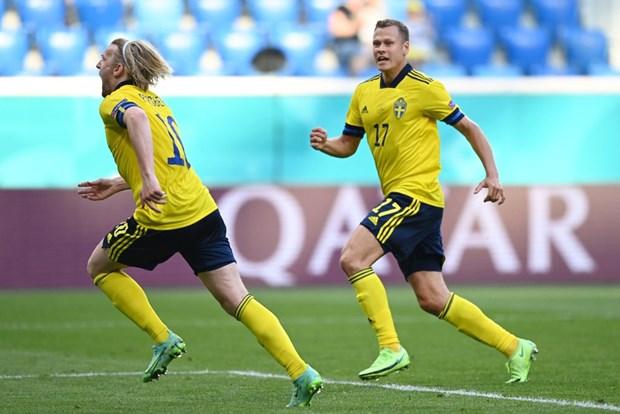 Ha Slovakia 1-0 tu cham penalty, Thuy Dien vuon len dau bang E hinh anh 1