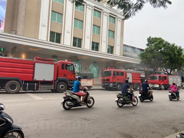 Ha Noi: Kip thoi dap tat dam chay tang ham Trang Tien Plaza hinh anh 1