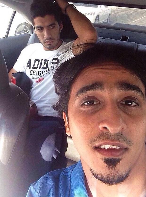 Luis Suarez to ve khong vui khi bi nguoi tai xe taxi chup hinh hinh anh 1