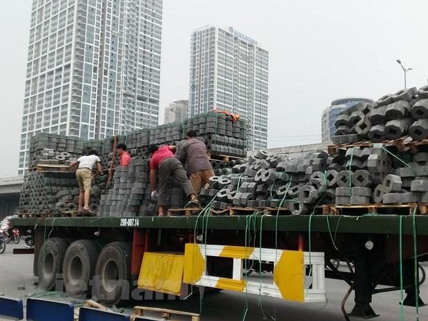 Ha Noi: Vao cua gap, xe container lam do hang tan vat lieu ra duong hinh anh 3