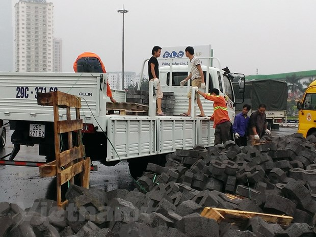 Ha Noi: Vao cua gap, xe container lam do hang tan vat lieu ra duong hinh anh 5