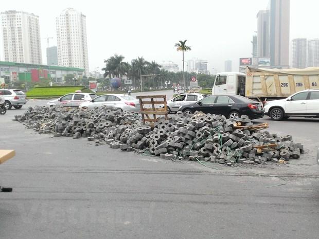 Ha Noi: Vao cua gap, xe container lam do hang tan vat lieu ra duong hinh anh 2