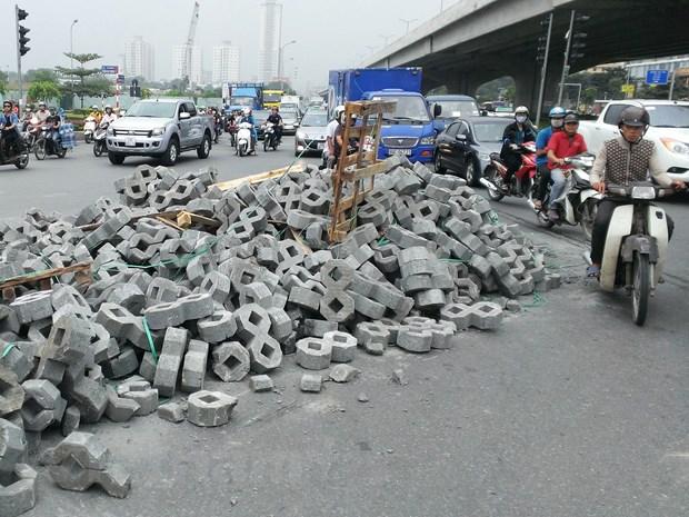Ha Noi: Vao cua gap, xe container lam do hang tan vat lieu ra duong hinh anh 1