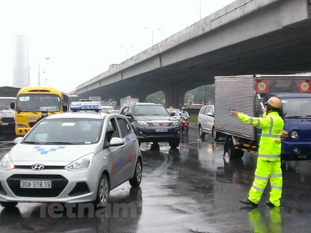 Ha Noi: Vao cua gap, xe container lam do hang tan vat lieu ra duong hinh anh 4