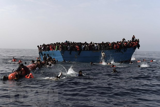 Italy cuu hon 1.300 nguoi di cu tren bien Dia Trung Hai hinh anh 1