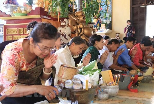 Cong dong nguoi Viet tai Lao mung dai le Phat Dan 2561 hinh anh 2