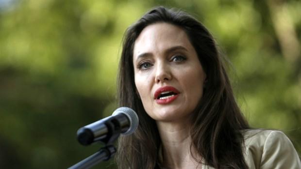 Thuc hu chuyen Angelina Jolie dung tien
