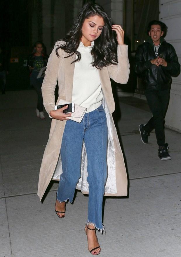 Tuyet chieu phoi quan jeans cho ngay Thu an tuong nhu Selena Gomez hinh anh 10