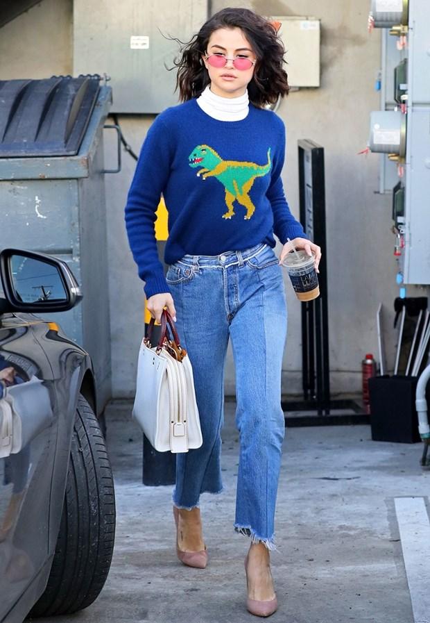Tuyet chieu phoi quan jeans cho ngay Thu an tuong nhu Selena Gomez hinh anh 8
