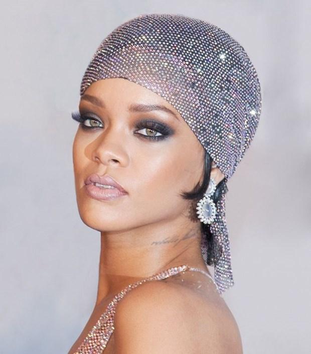 5 kieu trang diem kinh dien lam nen tuong dai phong cach Rihanna hinh anh 1