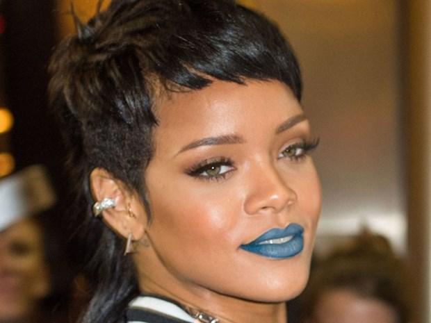5 kieu trang diem kinh dien lam nen tuong dai phong cach Rihanna hinh anh 11