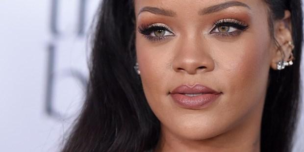 5 kieu trang diem kinh dien lam nen tuong dai phong cach Rihanna hinh anh 4