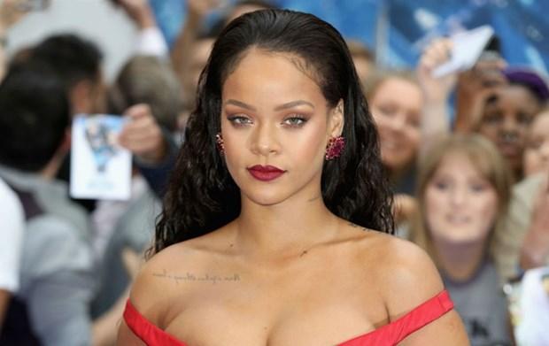 5 kieu trang diem kinh dien lam nen tuong dai phong cach Rihanna hinh anh 7
