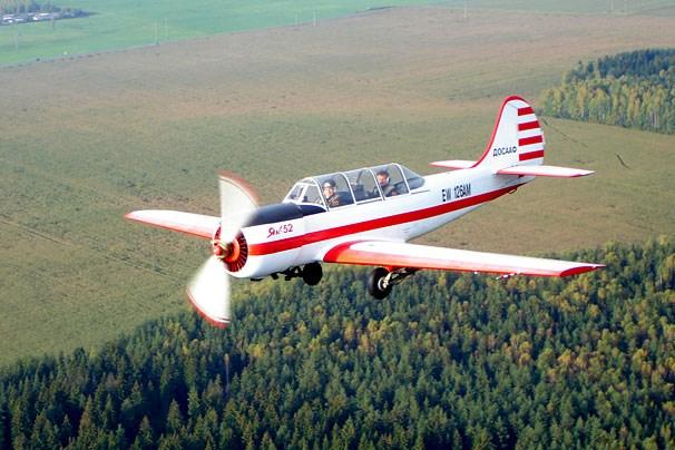 May bay Yak-52 roi trong khi ha canh, 2 nguoi thiet mang hinh anh 1