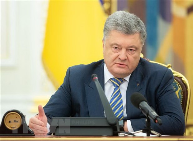 Tong thong Ukraine Petro Poroshenko ky phe chuan lenh thiet quan luat hinh anh 1