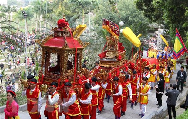 Hang van du khach do ve Lao Cai du Le hoi Den Thuong Xuan Ky Hoi hinh anh 2
