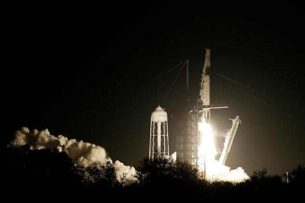 Space X phong thanh cong tau vu tru khong nguoi lai Crew Dragon hinh anh 1