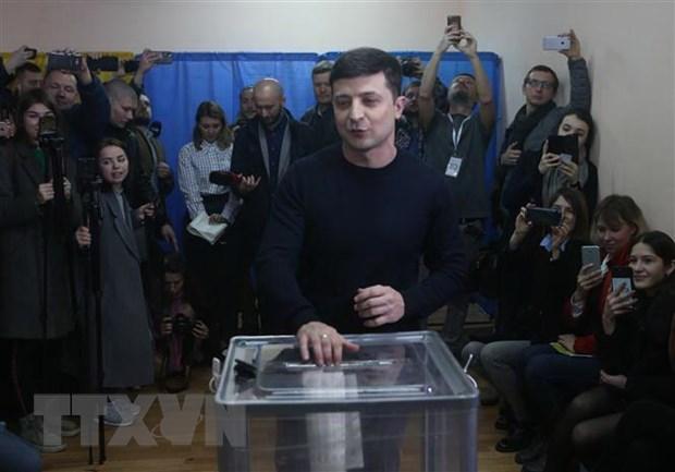 Bau cu Ukraine: Ong Volodymyr Zelensky duoc du bao gianh chien thang hinh anh 1
