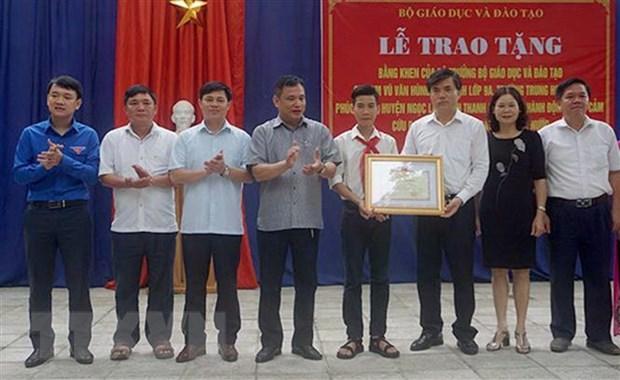 Bo Giao duc tang bang khen cho nam sinh cuu 3 ban khoi duoi nuoc hinh anh 2