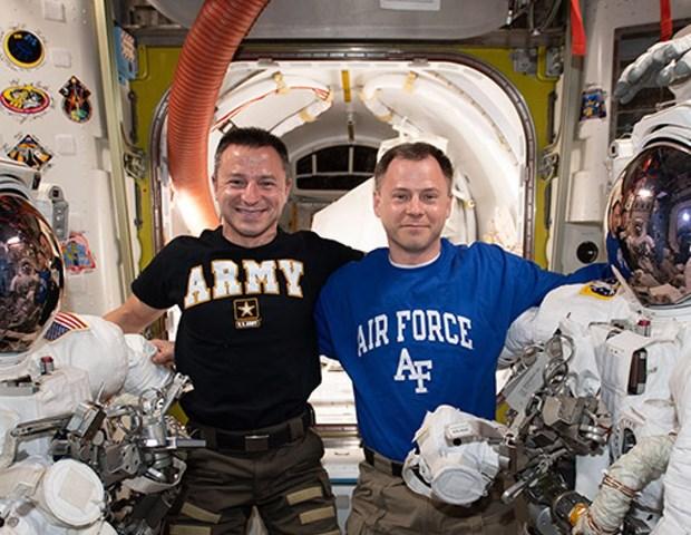 NASA lap dat 'ben do' cho tau vu tru thuong mai tren ISS hinh anh 1