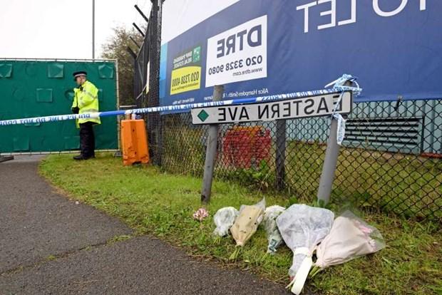 Đặt hoa tưởng niệm các nạn nhân xấu số trong vụ xe container chở 39 thi thể tại lối vào khu công nghiệp Waterglade ở Grays, hạt Essex, Anh. Nguồn: PA