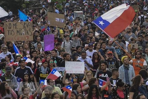 Đông đảo người dân Chile tuần hành tại Santiago, kêu gọi cải tổ mô hình phát triển kinh tế, cải thiện các chính sách an sinh xã hội, ngày 25/10/2019. (Nguồn: AFP/TTXVN)