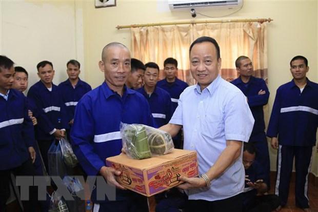 Dai su quan Viet Nam tang qua Tet cac nghi pham va pham nhan tai Lao hinh anh 1