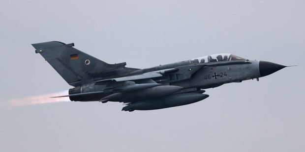 Duc mua hang loat may bay chien dau Eurofighters va F-18 hinh anh 1