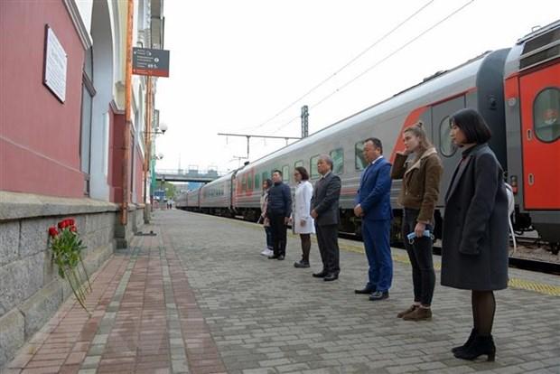 Nguoi Viet va ban be Nga tai Vladivostok dang hoa tuong nho Bac Ho hinh anh 1