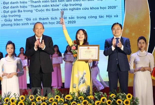 Phó Thủ tướng Thường trực Trương Hòa Bình và ông Nguyễn Anh Tuấn (bên phải), Bí thư thứ nhất Trung ương Đoàn, Chủ tịch Hội Liên hiệp Thanh niên Việt Nam tuyên dương 'Sinh viên 5 tốt' cấp Trung ương. (Ảnh: Văn Điệp/TTXVN)
