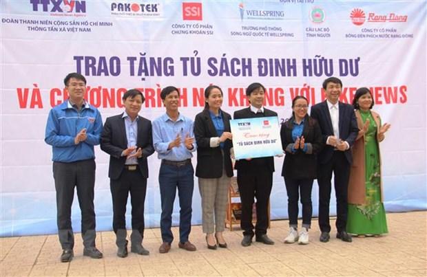Doan Thanh nien TTXVN trao tang Tu sach Dinh Huu Du tai Ha Tinh hinh anh 1